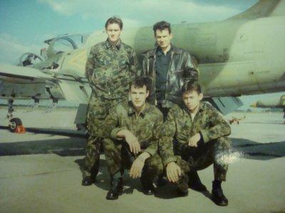 В кожанной куртке наш инструктор-Аникиенко Валерий Викторович, справа от него- я,  присели - Заболотский Вова и Серёга Самарец.