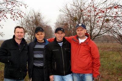 На месте квадрата, под калинами - лечтики-инструкторы 443 уап И.Крохов, В.Сирица, А.Савельев, В.Брагинец