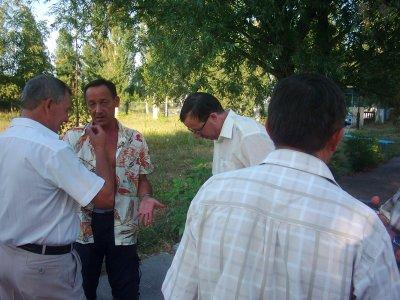 В центре Юра Рязанцев.Я с ним возвращался в Севастополь.Он тоже живет в Крыму.